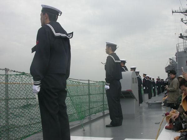 登舷礼のため整列する「たちかぜ」乗員